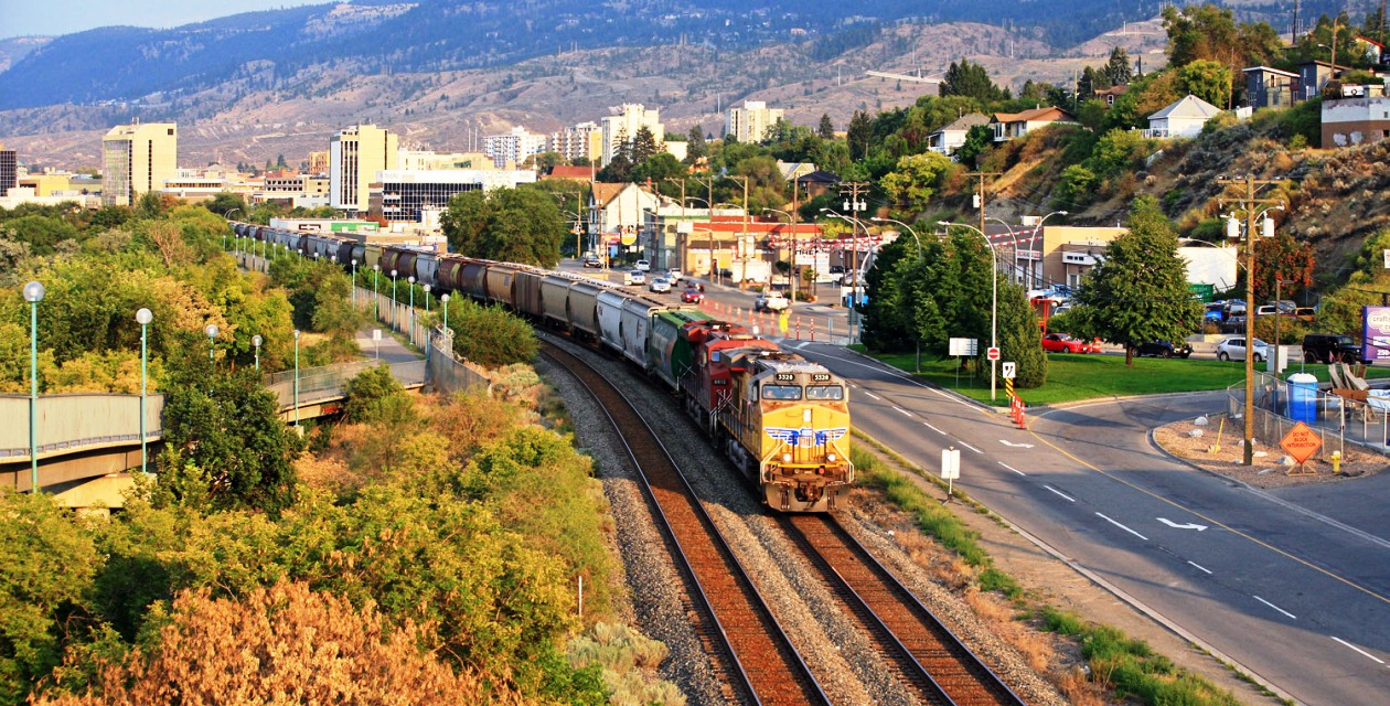 up-5528-west-train301-436-at-kamloops-bc-2-august-12-2015-john-leeming-chtr